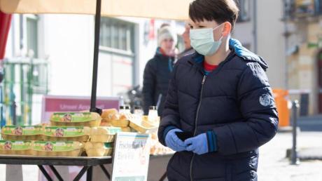 Wegen der Corona-Pandemie übernimmt der zehnjährige Louis jetzt für Nachbarn das Einkaufen.