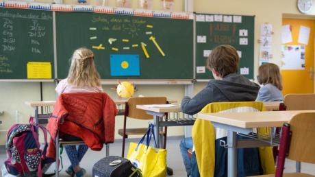 In vielen Grund- und Förderschulen beginnt für die Klassenstufe vier Einhaltung der Hygiene- und Abstandsregeln wieder der Unterricht. Bis zu den Sommerferien sollen die anderen Jahrgänge schrittweise folgen.