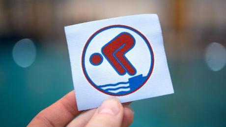 Erst mit dem Schwimmabzeichen Bronze erlangen Kinder genügend Schwimmsicherheit.