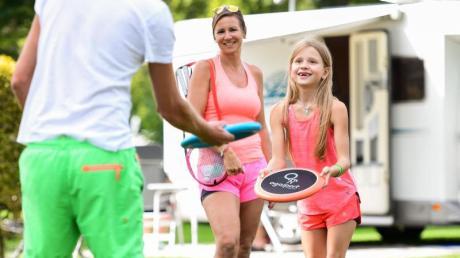 Viel draußen sein und Zeit miteinander verbringen: Das sind die Vorteile des Campingurlaubs mit der Familie.