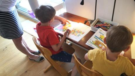 Berufstätige Eltern in Deutschland haben einer Umfrage zufolge die Zeit, in der Schulen und Kitas geschlossen waren, als sehr belastend erlebt.