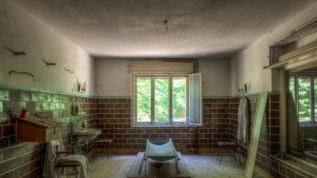Eine Leichenaufbewahrungshalle in Brandenburg, in der Verstorbene gewaschen und angezogen wurden.