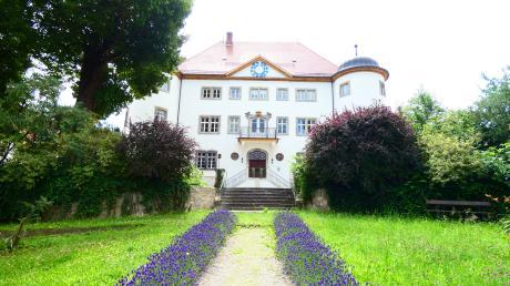Im Jahr 1593 wurde das Hauptgebäude des Schlosses errichtet. Nach vielen und jahrelangen Renovierungsarbeiten ist das Schloss zu einem Schmuckstück geworden.