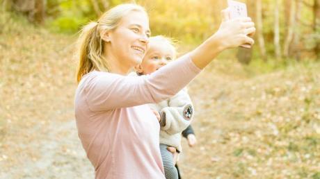 Ein Selfie mit dem kleinen Sohn ist schnell gemacht. Es sollte aber besser im guten alten Papier-Fotobuch landen und nicht in soziale Medien gepostet werden.