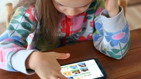 Überwachen oder machen lassen? Viele Eltern machen sich Sorgen, wenn Kinder zum ersten Mal alleine im Netz surfen.