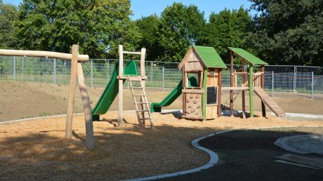 Kita Emmaus: Der Spielplatzbereich der Kindertagesstätte wurde der vorhandenen Topografie des Geländes angepasst. Das hügelige Gelände wurde dabei mit seinem eigenen Aktionspotenzial genutzt.