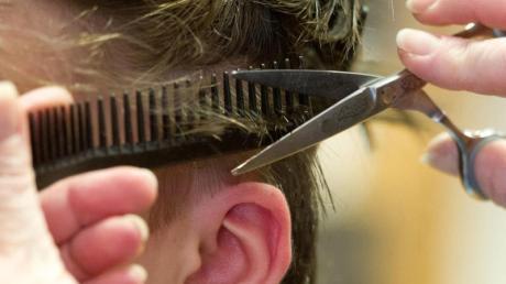Nicht nur, dass viele Friseure aufgrund des Lockdowns um ihre Existenzen bangen – auch die Kunden leiden zunehmend.