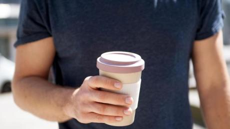 Wer seinen eigenen Becher für Tee oder Kaffee zum Mitnehmen nutzt, kann Müll vermeiden.