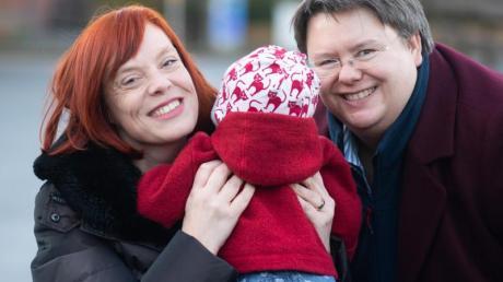 Gesa Teichert-Akkermann (l) und Verena Akkermann mit ihrer kleinen Tochter Paula. Familie Akkermann will eine Gleichstellung mit heterosexuellen Paaren bei der Elternschaft erreichen.