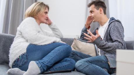 Wenn der Partner plötzlich Ansichten mit grundsätzlich anderen Werten offenbart, die einen erschrecken, kann das die Beziehung sogar scheitern lassen.