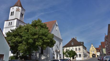 Die Marktstraße in Rennertshofen genießt Ensemble-Schutz: v.l. die Kirche Sankt Johannes der Täufer, die alte Schule und das Markttor.