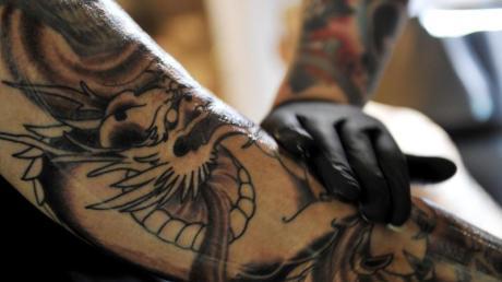 Tätowieren wird immer beliebter: Bei Leuten zwischen 20 und 30 trägt heute jeder Zweite ein Tattoo.