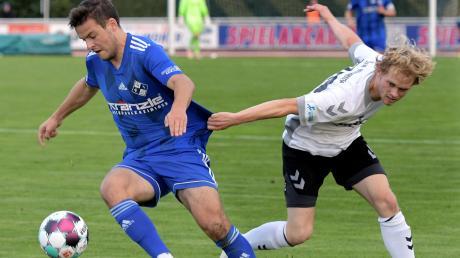 Fußball Regionalliga Bayern FV Illertissen gegen Burghausen Illertissens Yannick Glessing gegen Burghausens Maximilian Reiter.