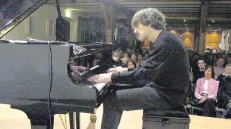 """""""Kultur im Schloss"""" diesmal in der Schranne: Thomas Scheytt spielte Blues und Boogie mit Saft, Kraft und Spaß vor vollem Haus."""