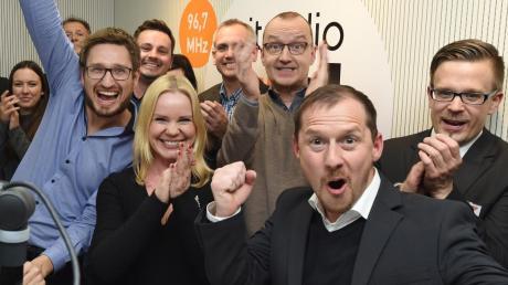 Jubel im Studio: Über 314.000 Euro kamen beim RT1-Spendenmarathon zusammen. Alexandra Holland freute sich mit dem Spendenteam über das Rekordergebnis.