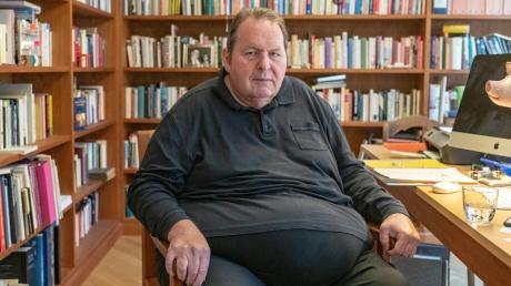 Der Schauspieler und Kabarettist Ottfried Fischer im Büro seiner neuen Wohnung in Passau.