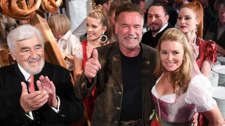 Mario Adorf, Arnold Schwarzenegger und seine Freundin Heather Milligan (von links) beider Weißwurst-PartyimStanglwirt.