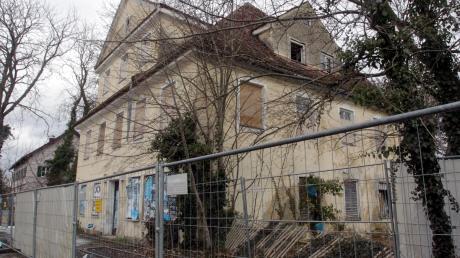 Die ehemalige Gaststätte Schwarzer Adler ist eine denkmalgeschützte Bauruine. Die Stadt setzt jetzt darauf, dass der neue Eigentümer die Sanierung des Gebäudes an der Ulmer Straße angeht.