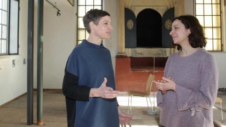 Barbara Staudinger (links) und Souzana Hazan stehen im Betsaal der ehemaligen Synagoge Kriegshaber. Ihr gemeinsames Ziel: Sie wollen den zweiten Standort des Jüdischen Museums noch stärker ins Bewusstsein der Bürger rücken.