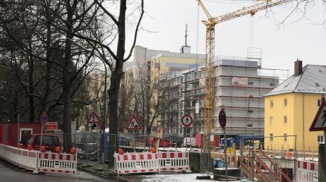 An der Firnhaberstraße entstehen zwei neue Studentenwohnanlagen. Eingerüstet ist hier noch das Wohnheim der Hipp Wohnbau. Direkt dahinter entsteht ein weiteres großes Haus.
