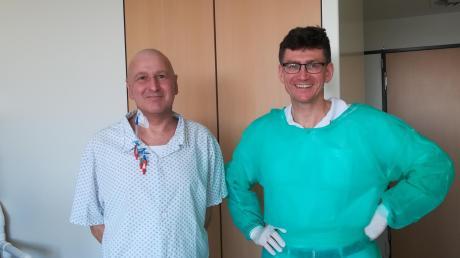 AmFreitag darf Anton Eichberger endlich nach Hause. Er hat die schwierige Stammzelltransplantation geschafft, jetzt muss er sich erholen. Das Bild entstand mit dem behandelnden Arzt Professor Dr. Christian Schmid.