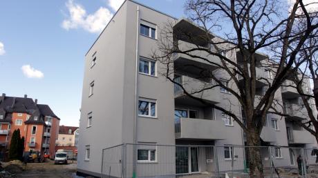 Aus insgesamt drei Gebäuden besteht die neue Wohnanlage auf dem Gelände des einstigen Pfarrzentrums Haus Emmaus. Im Juni sollen die unterschiedlich großen Wohnungen bezogen werden.