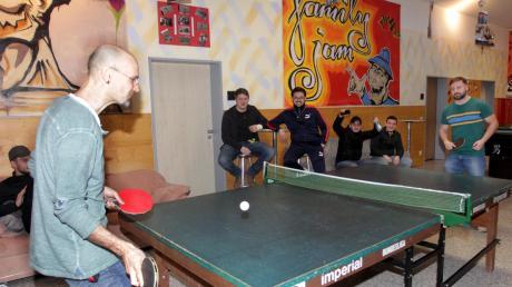 Muhammed (rechts) fordert Hausleiter Tom Wiedemann im Madison Square zu einem Tischtennis-Match heraus. Der junge Mann ist seit den Anfängen Besucher im Jugendhaus. Streetworker Christian Erdnüß, Okan, Tugay und Arber (hinten von links) feuern die Spieler an.