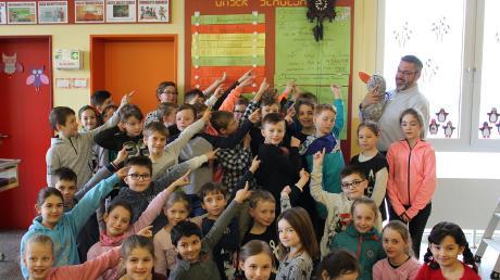 """""""Schaut, wir haben eine Kuckucksuhr"""", rufen die Kinder von der Grundschule Waldstetten. Paula Print durfte auf den Arm von Jürgen Aubele, damit sie die Uhr besser sehen kann."""