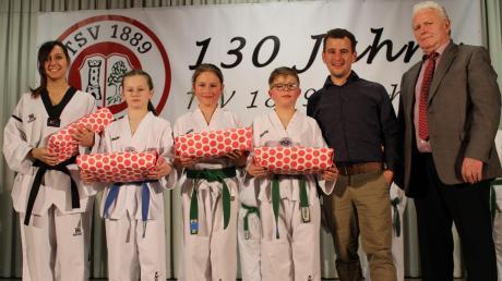 Die erfolgreichen Sportler der Taekwondo-Abteilung erhielten kleine Geschenke als Anerkennung für ihre beachtlichen Titel.