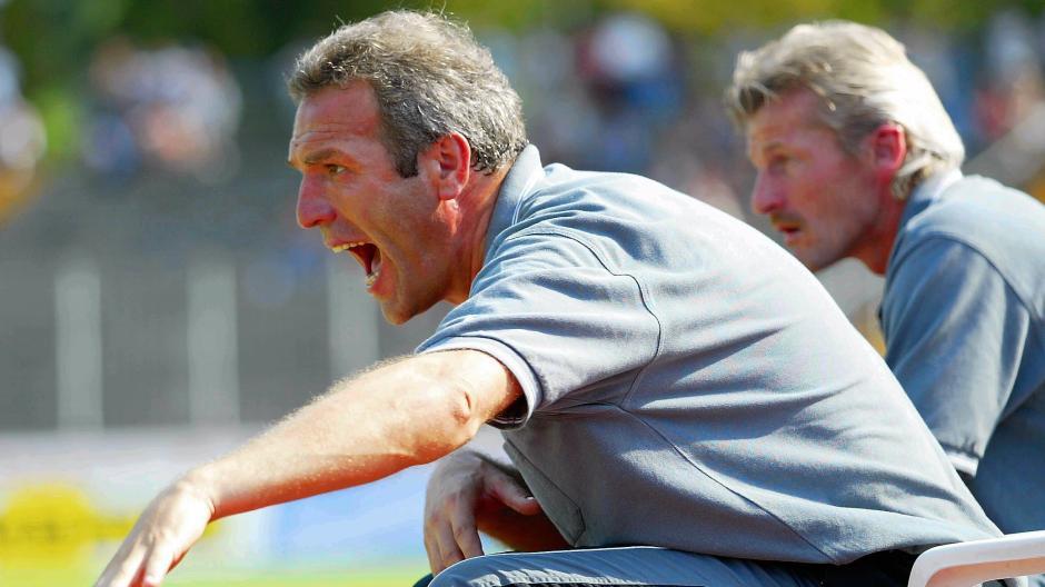 Ernst Middendorp  war von Juli 2002 bis September 2003  Trainer beim FC Augsburg (im Hintergrund Co-Trainer Kurt Kowarz) der Regionalliga. SeinGastspiel dauerte nur etwas mehr als ein Jahr.