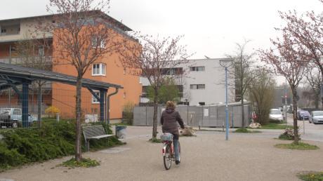"""Das Drei-Auen-Quartier mit neuen und sanierten Wohnhäusern und einem neu gebauten Bildungshaus mit Grundschule (weißes Gebäude) befindet sich in Oberhausen. Hier hat sich auch mithilfe des Förderprogramms """"Soziale Stadt"""" viel getan."""