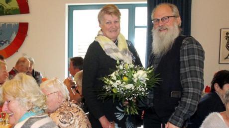 Pfarrer Dietrich Tiggemann dankt der Initiatorin Hannelore Weber für ihren Einsatz.