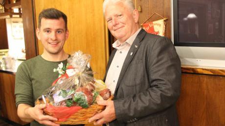 Manuel Müller ist der neue Vorsitzende des TSV Buch. Mit einem Präsentkorb dankte er seinem Vorgänger Willy Weiske, der sich 21 Jahre lang im Vorstand engagierte.