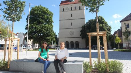 Der neue Friedensplatz ist nicht nur für die Mitglieder der umgebenden Kirchen (im Hintergrund St. Johannes) zugänglich, sondern für jedermann. Offiziell eingeweiht wird er am 14. Juli im Rahmen eines Sommer- und Pfarreifestes.