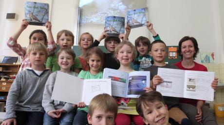 Eigens für das Turmfalkenprojekt hat die Schule ein Lehrbuch und ein Arbeitsheft angefertigt, welche die Klasse 1a hier zeigt.