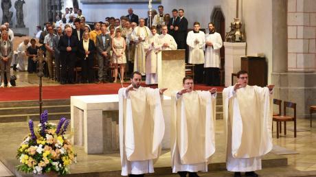 Die neugeweihten Priester spendeten im Augsburger Dom den Primizsegen: (von links) Dominik Loy, Dominic Ehehalt und Florian Stadlmayr, Diakon in der Pfarreiengemeinschaft Dillingen.