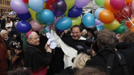 Als Konrad Zdarsa sein neues Amt als Augsburger Bischof antritt, wird er begeistert empfangen. Die Stimmung sollte bald kippen.