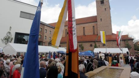 Der neue Friedensplatz war beim Eröffnungsfest gut gefüllt. Ein Blickfang ist der sandfarbene Brunnen.