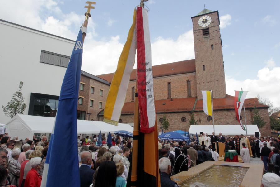 Augsburg Oberhausen Feiert Den Neuen Friedensplatz Augsburger Allgemeine
