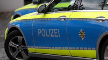 In Augsburg sind ein Radfahrer und ein Autofahrer auf der Straße in Streit geraten. Am Ende schlug der Radler eine Delle in Auto und fuhr davon.