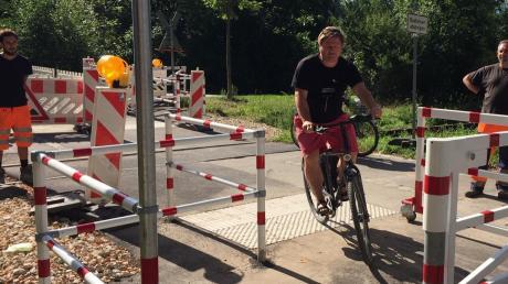 Jens Wunderwald von der Bürgeraktion Pfersee testet schon mal die neue Umlaufsperre.