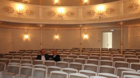 Ex-OB Hans Günter Huniar und Architekt Jörg Hauk sitzen im Zuschauerraum des Neuburger Stadttheaters. Insgesamt gibt es 285 Sitzplätze (Parkett: 150, erster Rang: 86, zweiter Rang: 49). Früher waren es mehr. Die Stühle waren aber unbequemer.