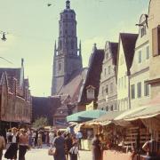 Die Nördlinger Mess' am Brettermarkt. Joseph Eschenlohr hat diese Momentaufnahme 1954 gemacht.