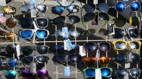 Ein Unbekannter hat in einem Optikergeschäft in Illertissen mehrere Sonnenbrillen gestohlen.