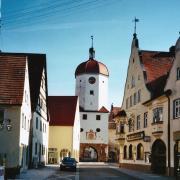Zwei Unbekannte haben am Oettinger Königsturm den Zeiger der Turmuhr beschädigt. (Archivfoto)