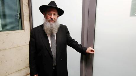 Rabbi Shneur Trebnik am Eingang der Ulmer Synagoge. Kann die schwere Milchglastür ein Massaker verhindern?