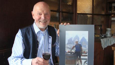 Alfred Bergbauer mit einem Foto, das vor den drei Zinnen aufgenommen wurde. Es ist noch gar nicht so lange her, dass der Neuburger mit dem Mountainbike dort oben herumturnte.