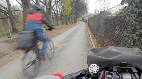 Der bislang schmale Pfad entlang der Kleingartenanlage Perzheimwiese ist zu einem breiten Radweg ausgebaut worden.