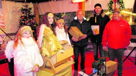 Christkindl Selina und ihre beiden Engel Lanja und Helena verkündeten zusammen mit Moderator und Organisator Berhard Pfahler die Gewinner der ersten Zwischenziehung der Sozialverlosung.