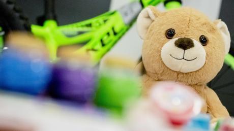Die Weihnachtszeit ist die Hochphase für den Spielzeughandel. Manchen Spielwaren steht die Stiftung Warentest aber kritisch gegenüber.